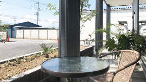 コーヒーでゆっくりできるジムのテラス席